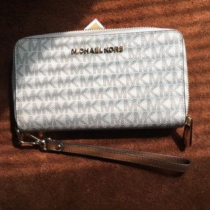MK jet set travel signature wallet Vanilla